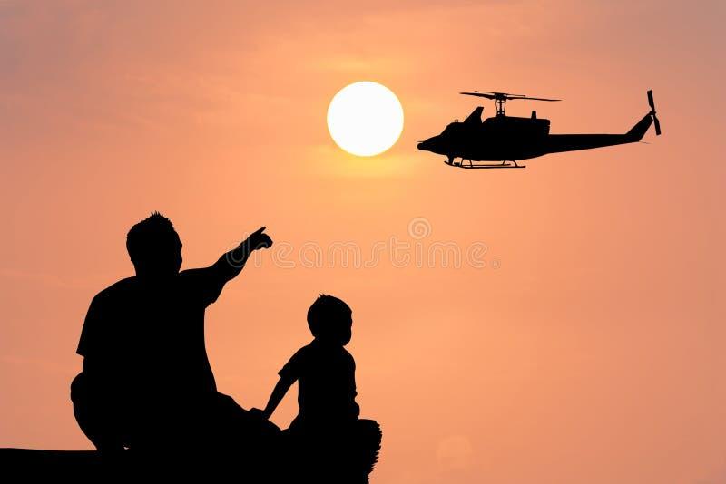 现出轮廓日落父亲点直升机和教我的儿子