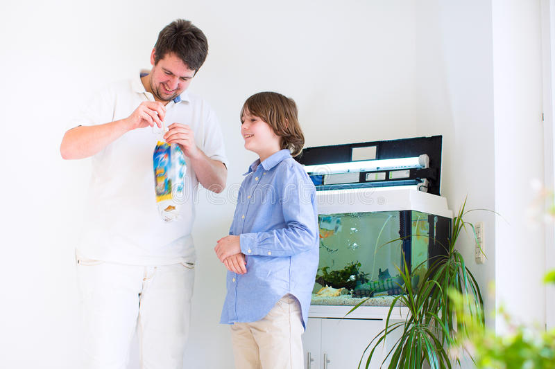 父亲和儿子有一只新的鱼宠物的 免版税库存照片