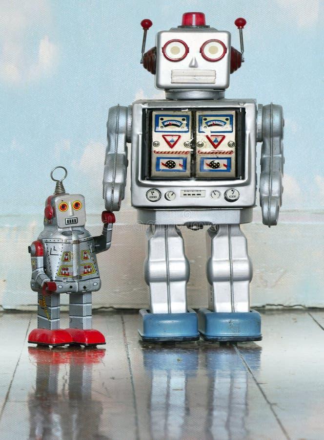 父亲和儿子机器人玩具 免版税库存照片