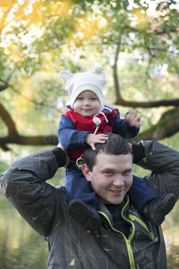 父亲和儿子步行的 免版税库存图片