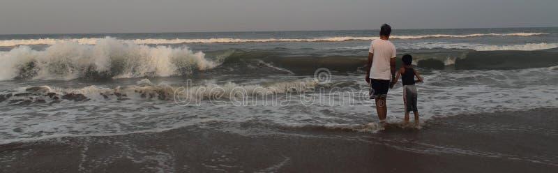 父亲和儿子海滩的 图库摄影