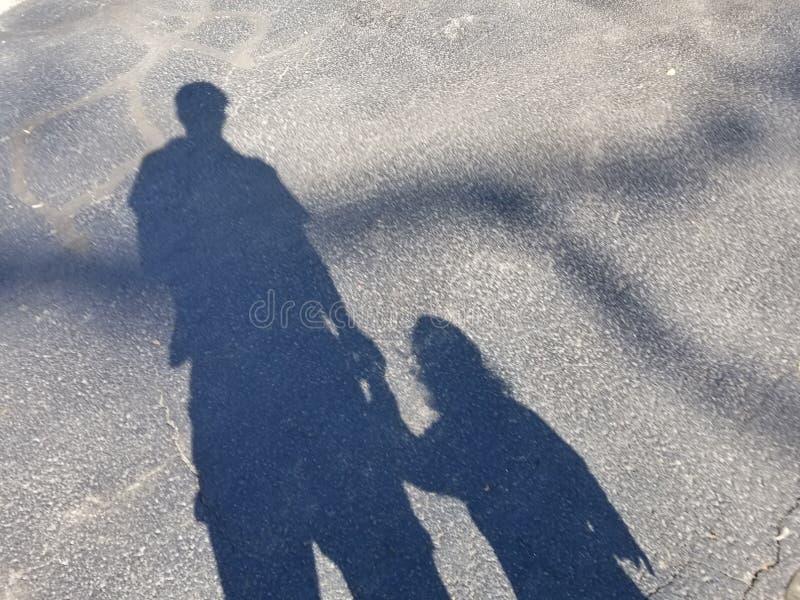 父亲和儿子的阴影 免版税库存图片