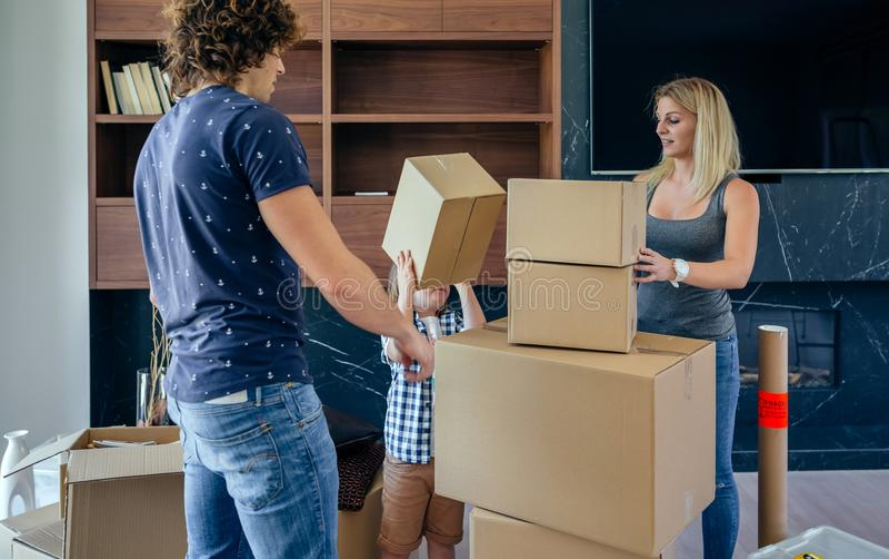 父亲和儿子聚集的移动的箱子 免版税图库摄影