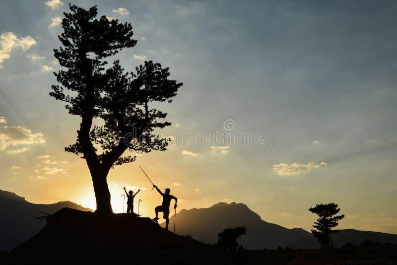 父亲和儿子自然绊倒,冒险和和平 免版税库存图片