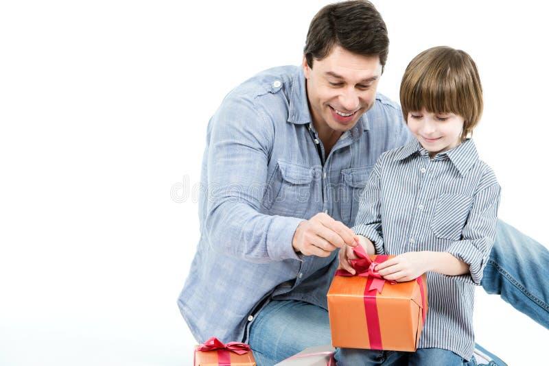 父亲和儿子被打开的礼物盒 库存照片