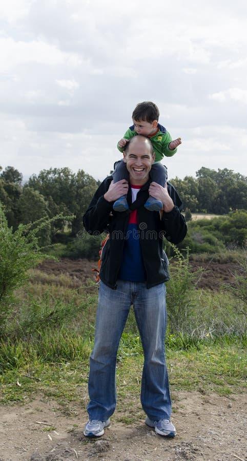 父亲和儿子远足的 库存照片