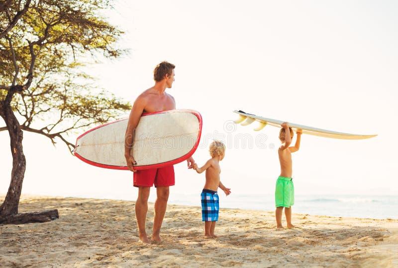 父亲和儿子去的冲浪 免版税图库摄影