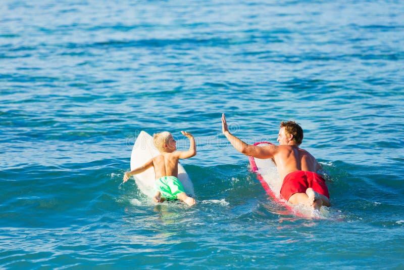 父亲和儿子去的冲浪 库存照片