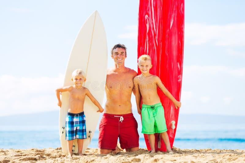 父亲和儿子去的冲浪 免版税库存图片