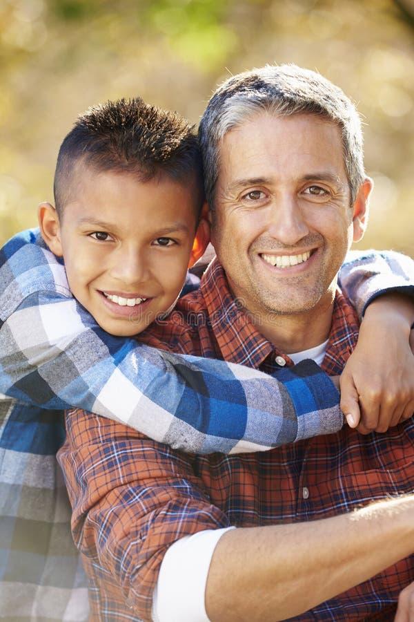 父亲和儿子画象在乡下 免版税库存照片