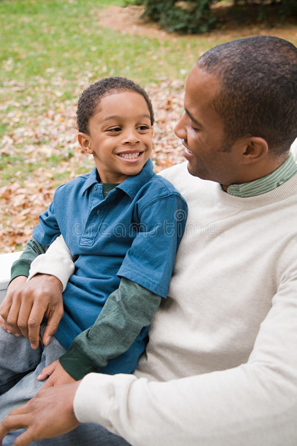 Download 父亲和儿子 库存照片. 图片 包括有 无罪, 无辜, 大使, 种族, 天真, 敬慕, 查找, 父亲, 逗人喜爱 - 62534026
