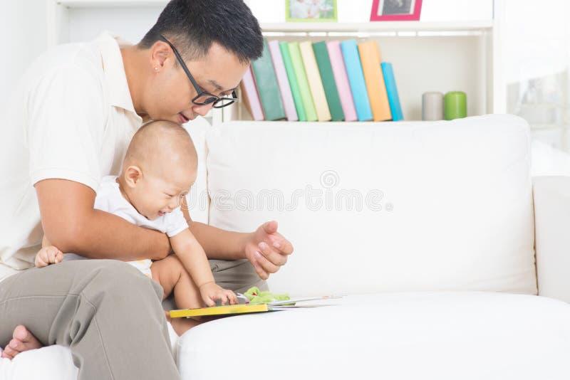 父亲和儿童读书故事书 库存照片