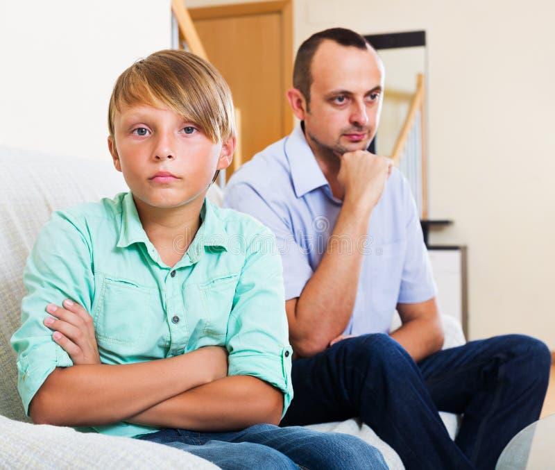 父亲和十几岁的儿子争论 免版税库存照片