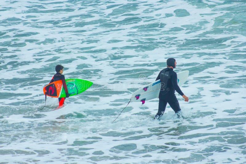 父亲和太阳是去的冲浪 免版税库存图片