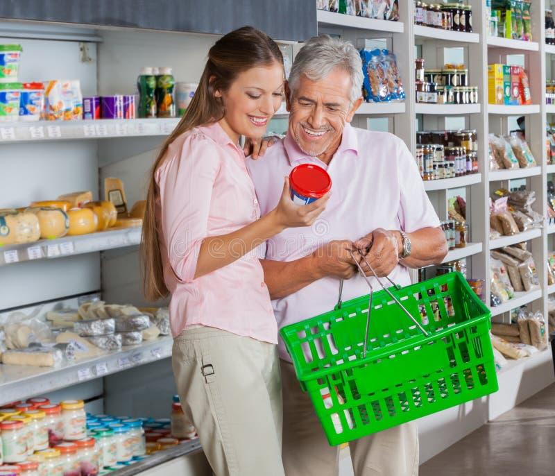 父亲和女儿买的产品 免版税图库摄影