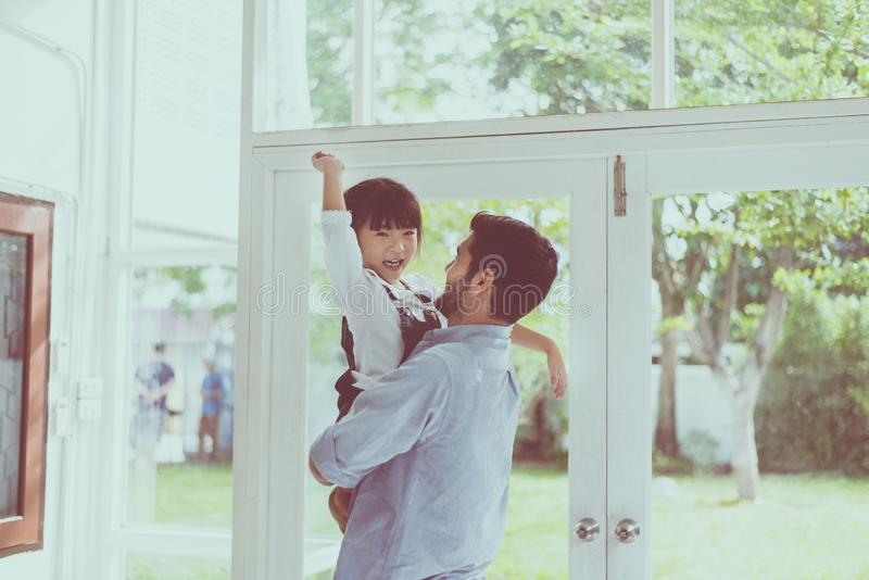 父亲和女儿使用儿童的女孩,一起笑和滑稽在家,愉快的爱恋的家庭 免版税图库摄影