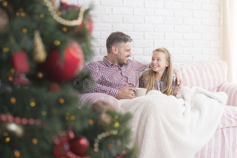 父亲和女儿在圣诞节时间 免版税库存照片