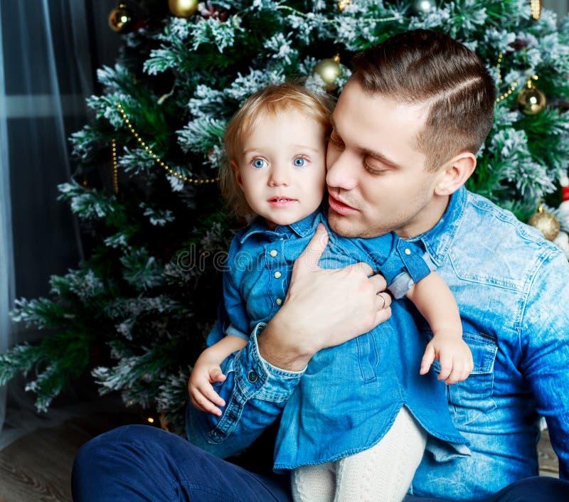 父亲和女儿在家 库存图片