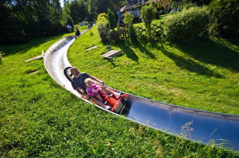 父亲和女儿夏天乐趣在卡尔帕奇 库存图片