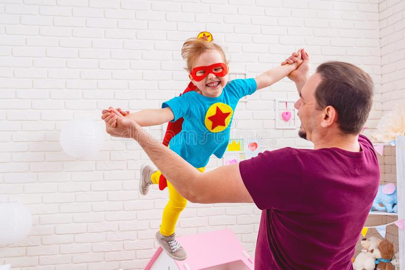 父亲和女儿戏剧超级英雄 免版税库存图片