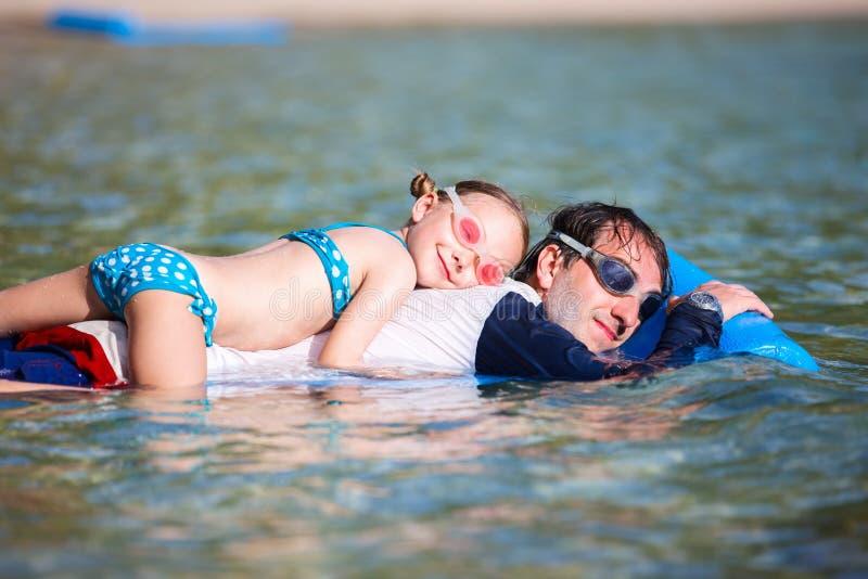 父亲和女儿海滩假期 图库摄影
