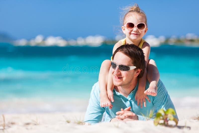 父亲和女儿海滩的 免版税库存图片