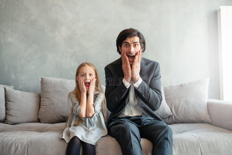 父亲和女儿神色两个冲击了某事 库存图片