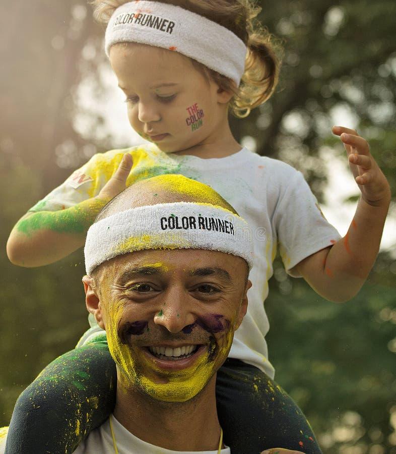 父亲和女儿颜色奔跑的布加勒斯特 库存照片
