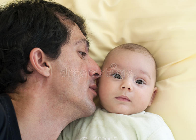 父亲和婴孩 免版税库存图片
