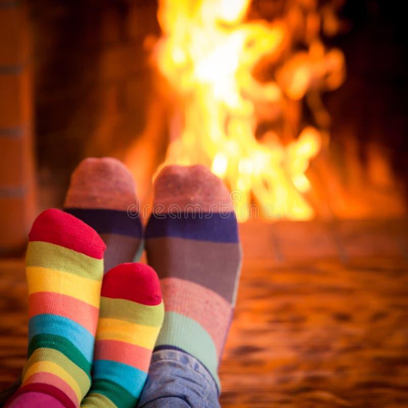 父亲和孩子在壁炉附近 库存照片