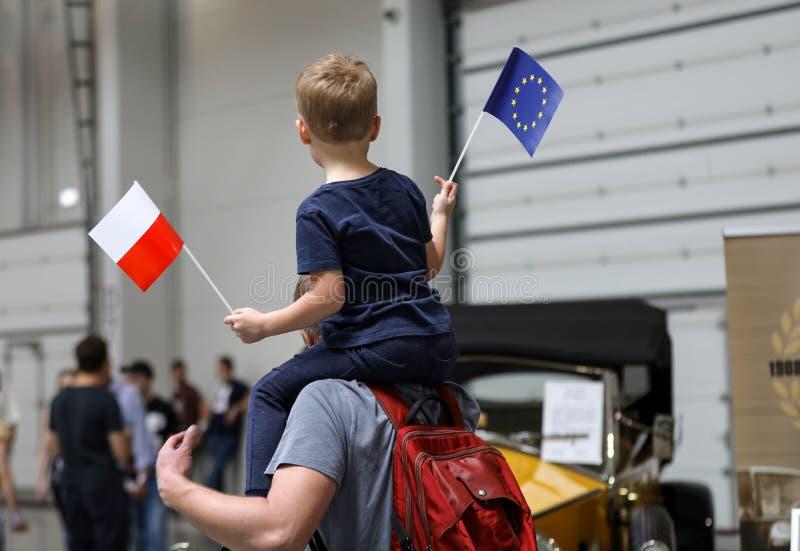 父亲和孩子在欧盟显示波兰的支持会员资格在即将来临的竞选前 库存照片