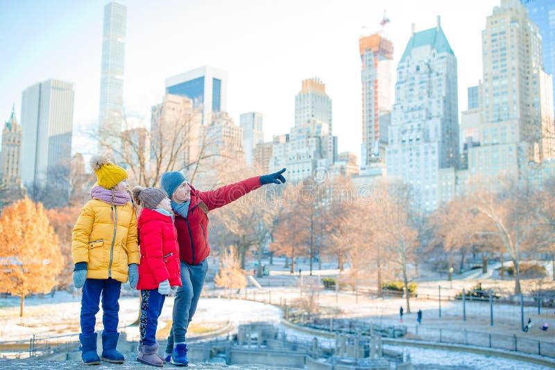 父亲和孩子家庭在中央公园在他们的假期时在纽约 免版税库存图片