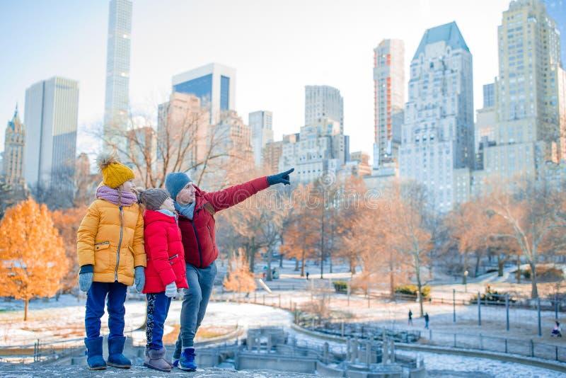 父亲和孩子家庭在中央公园在他们的假期时在纽约 免版税库存照片