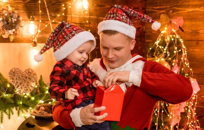 父亲和小儿子在家庆祝圣诞节 寒假概念 不可思议的大气家庭假日 ?? 免版税库存图片