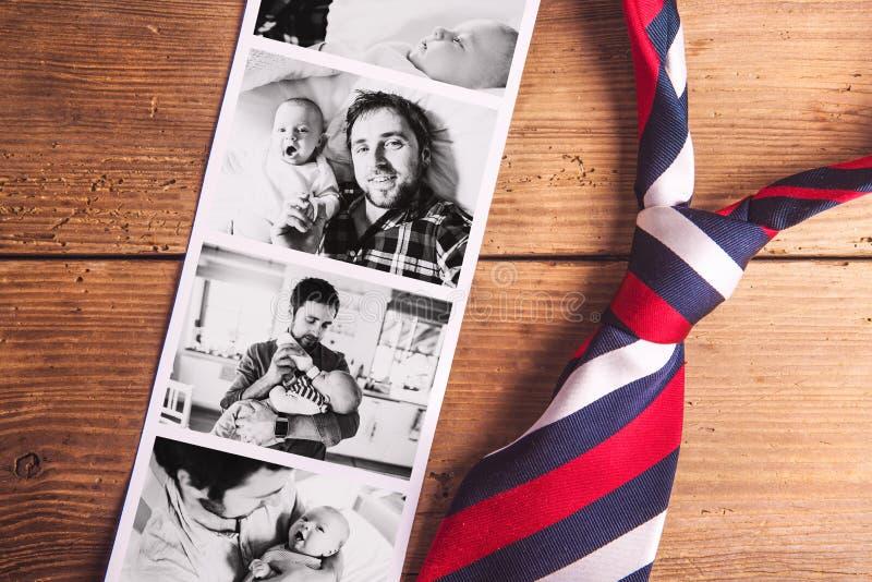 父亲和小儿子的图片 父亲节 美丽的夫妇跳舞射击工作室妇女年轻人 免版税库存照片