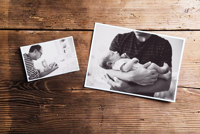 父亲和婴孩,木背景的图片 父亲节 免版税库存图片