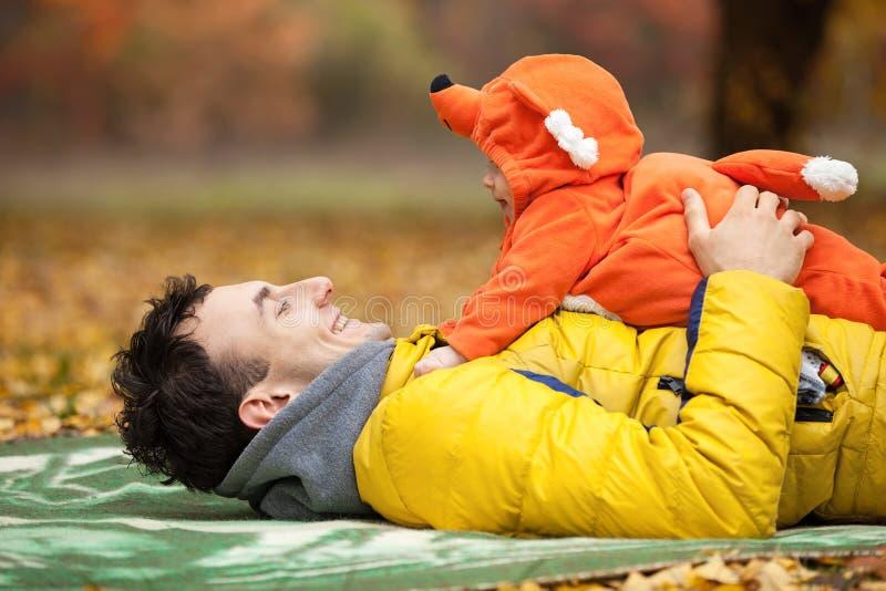 年轻父亲和他的小儿子狐狸服装的 图库摄影
