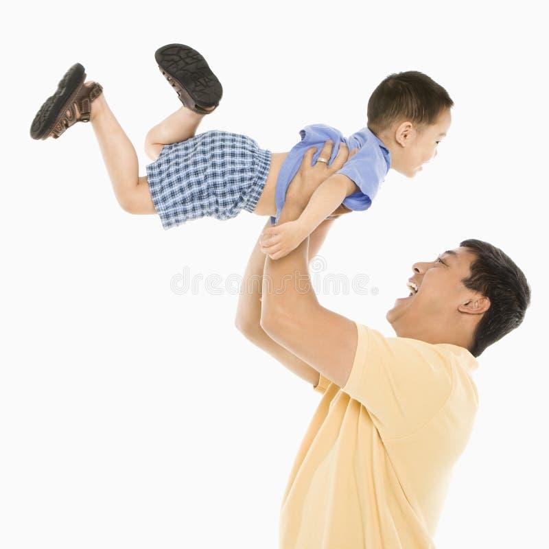 父亲增强的儿子 免版税库存图片