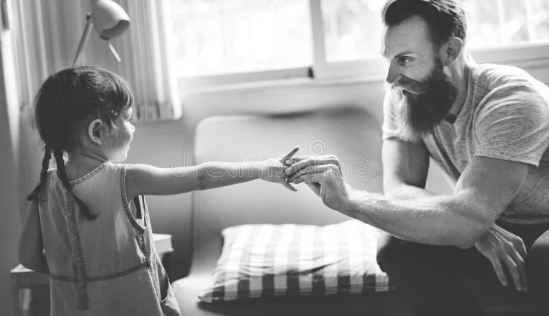 父亲女儿家庭童年室概念 图库摄影