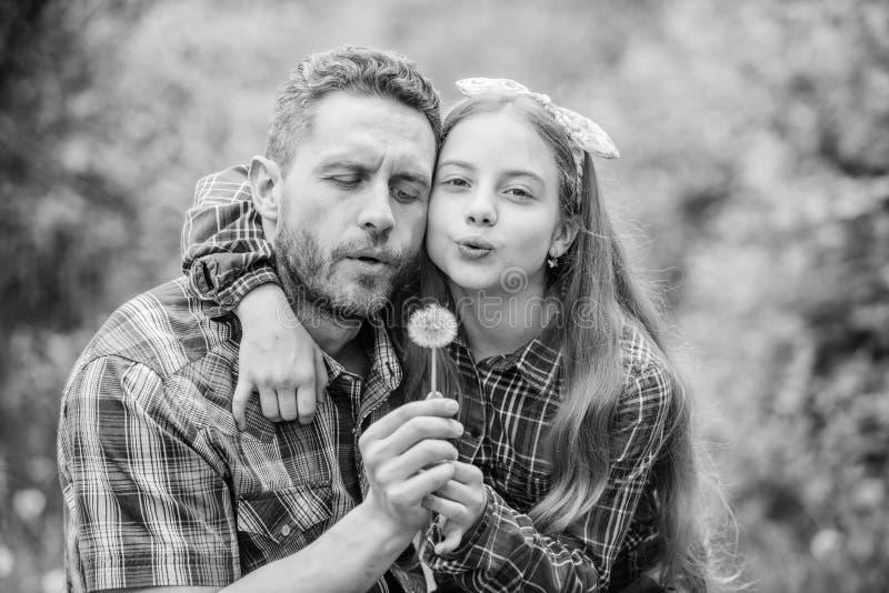 父亲女孩享受夏令时 保留从破坏您的生活的过敏 季节性过敏概念 比长得快 库存照片