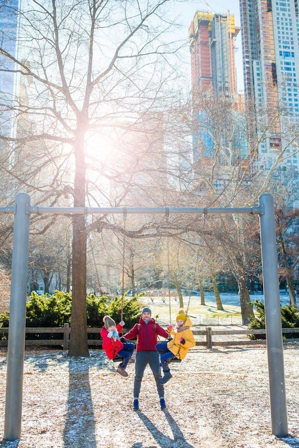 父亲家庭和孩子在中央公园获得乐趣美国假期在纽约 免版税图库摄影
