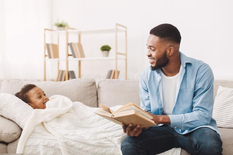 父亲对一点女儿的读书故事在床前 库存图片
