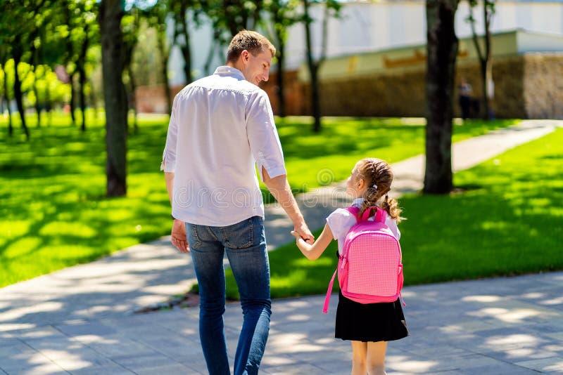 父亲带领女儿一级的学校 第一天在学校 r 免版税库存照片