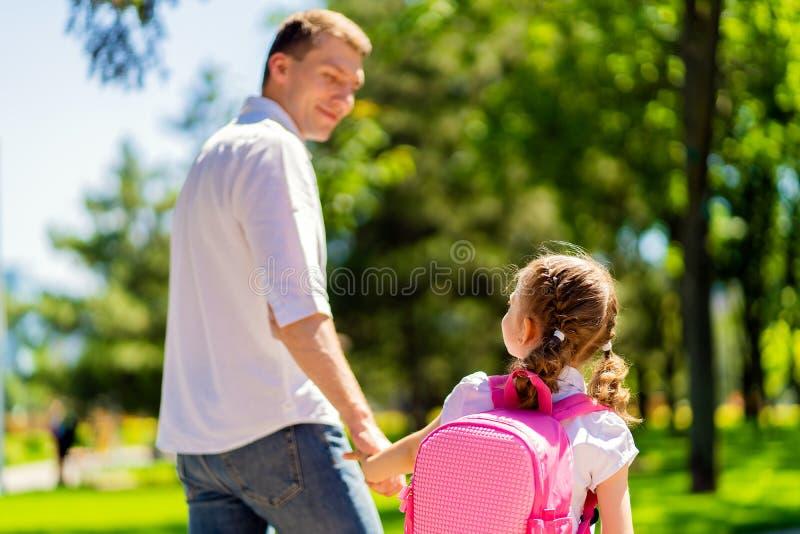 父亲带领女儿一级的学校 第一天在学校 r 库存图片