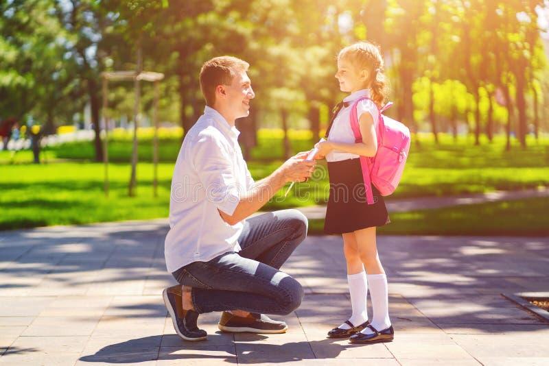 父亲带领女儿一级的学校 第一天在学校 r 免版税库存图片