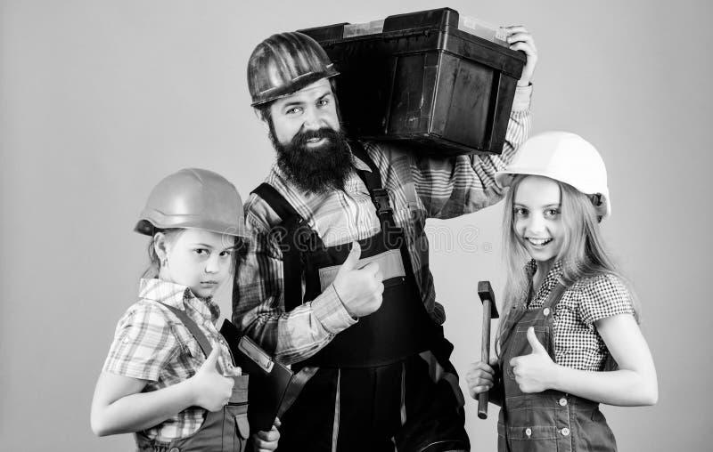 父亲建造者孩子女孩 教女儿 不拘形式的教育 r 姐妹帮助父亲建造者 我们的爸爸有 免版税图库摄影