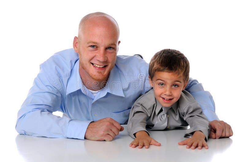 父亲微笑的儿子 免版税库存照片