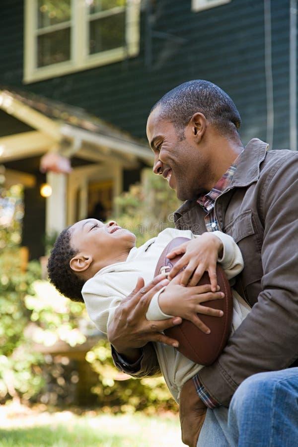 Download 父亲愉快的儿子 库存图片. 图片 包括有 拥抱, 少许, 偶然, 照相机, 系列, 父亲, 幸福, 种族 - 62533925