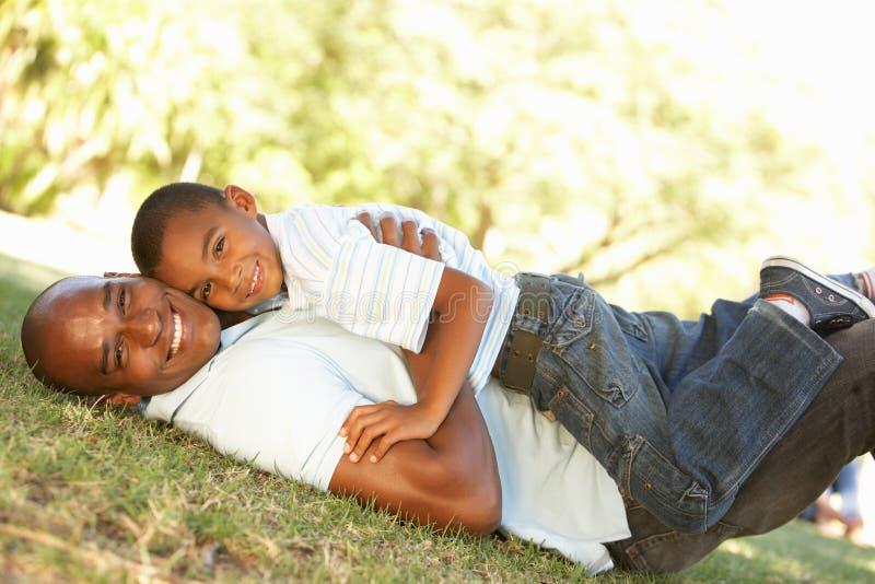 父亲愉快的公园纵向儿子 免版税库存照片