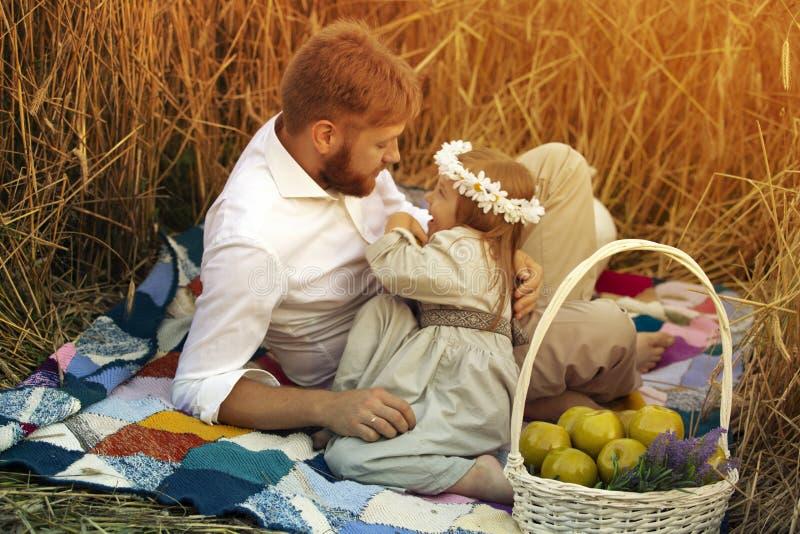 父亲戏剧与女儿的ans微笑 库存图片